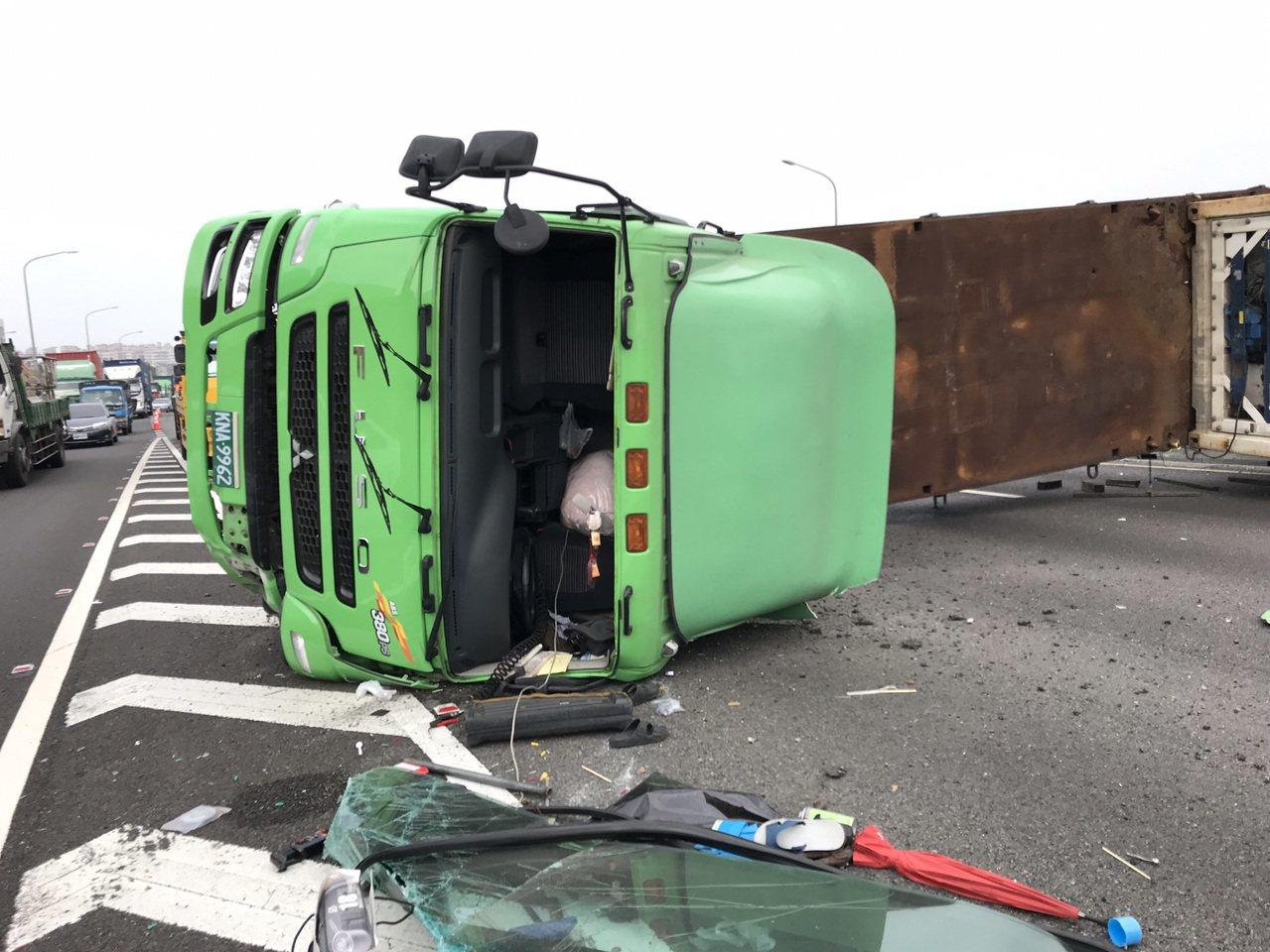 國一南下台南大灣交流道車禍貨櫃車翻覆,南下車道封閉中。圖/台南市政府消防局提供