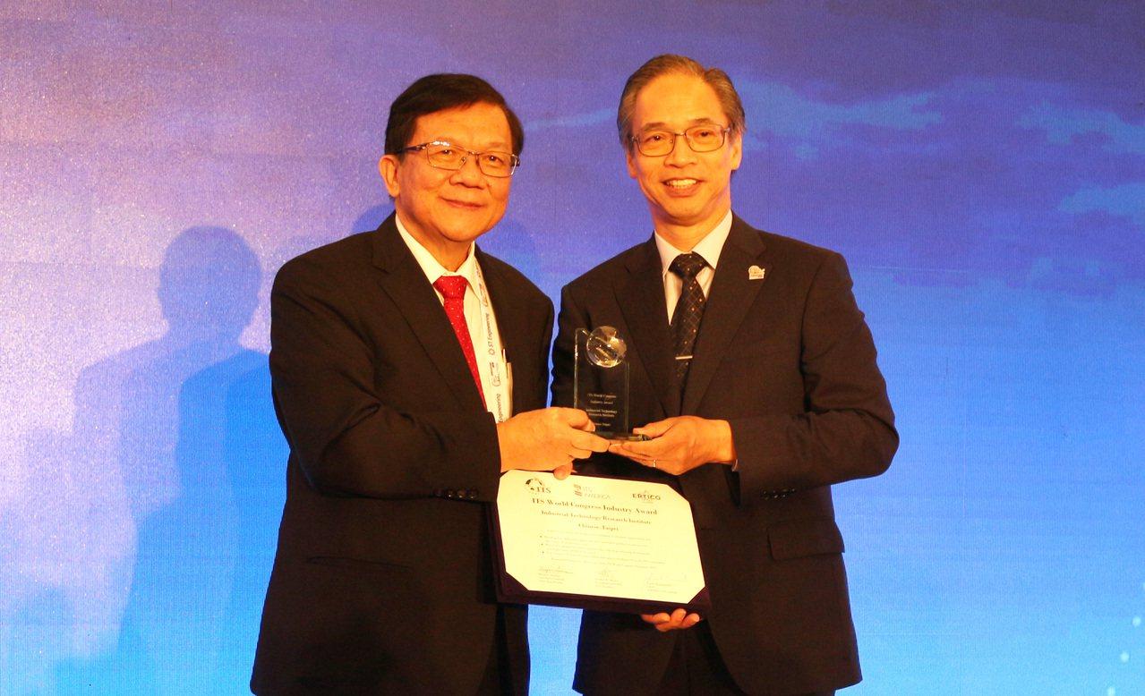 全球智慧運輸界最大年度盛會-第26屆智慧運輸世界大會今(23)日舉行頒獎,圖左起...
