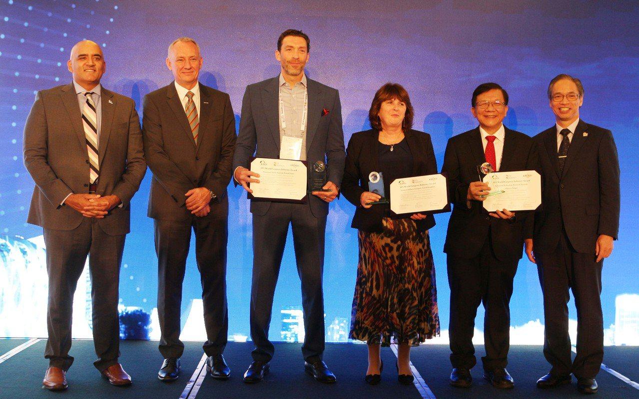 工研院今(23)日於新加坡獲頒ITS世界大會亞太區產業成就獎,與美洲Panaso...