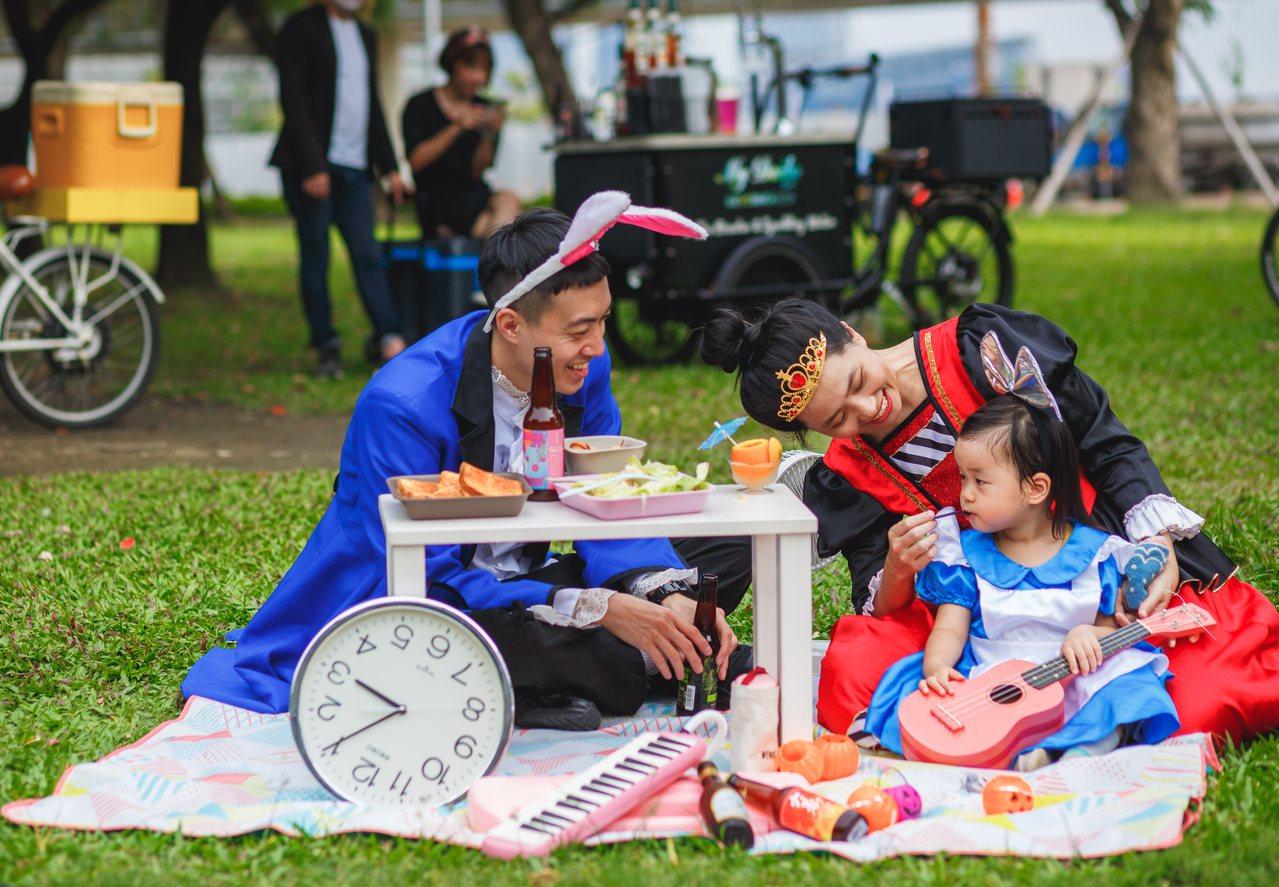 駁二藝術特區10月26、27日在大義公園舉辦「駁二嬉啤派對」,工作人員也有特別扮...