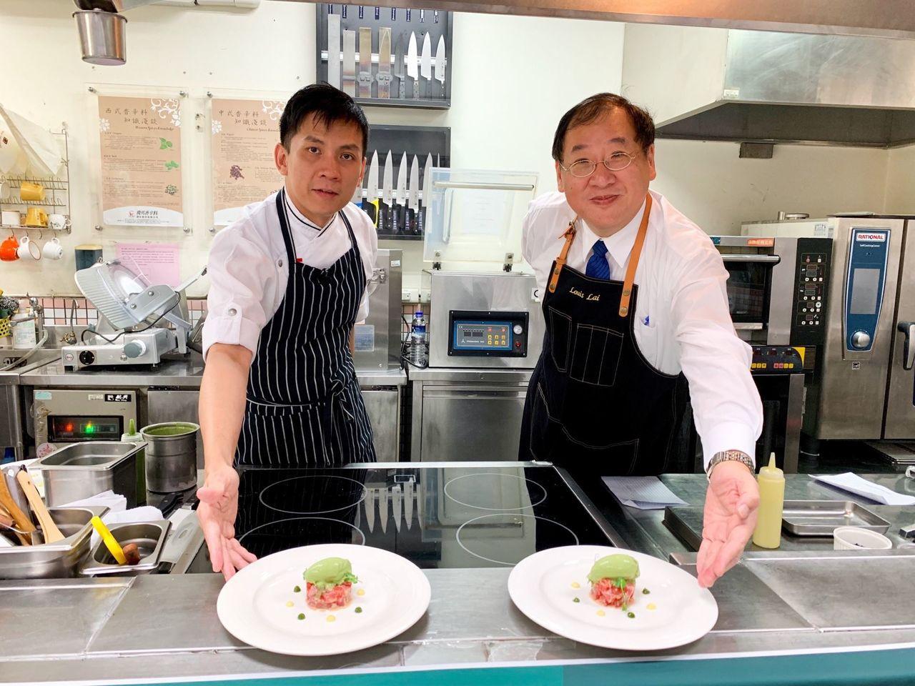 新加坡名廚Douglas_Tay(左)與高雄市海洋局長趙紹廉局長(右)一同示範鮪...