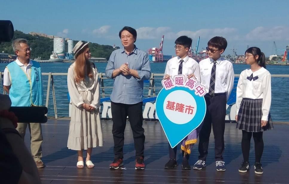 在地青年拍基隆影片獲獎,林右昌頒小鎮觀光大使勳章。圖/基隆市政府提供