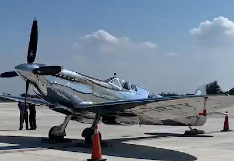 英國二戰時期的噴火式戰機今(23日)飛扺台中機場,機身銀色金屬,在太陽下閃閃發亮...
