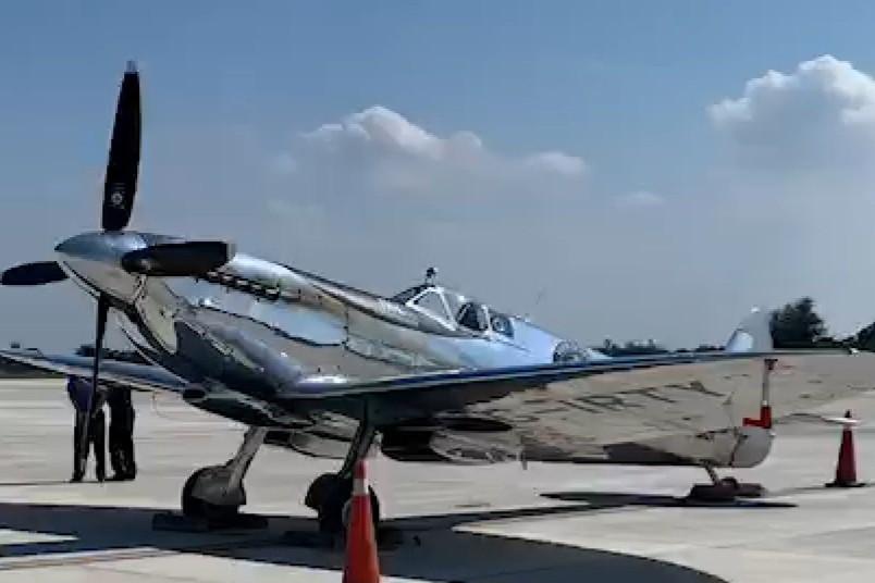 英國噴火戰機在台中機場閃閃發亮 明早起飛