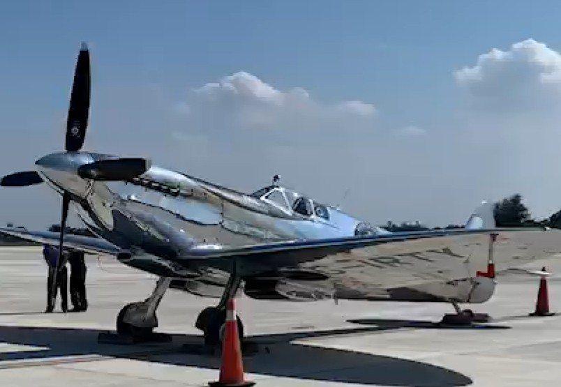 英國二戰時期的噴火式戰機今天飛扺台中機場,機身銀色金屬,在太陽下閃閃發亮。記者游...