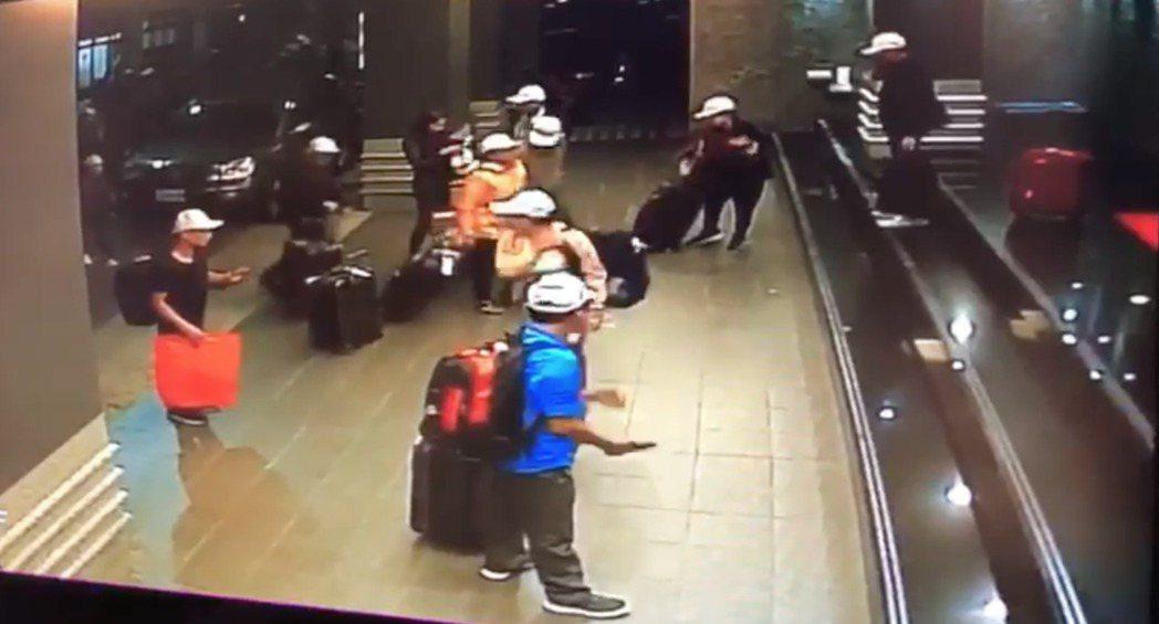 去年底爆出越南旅客藉「觀宏專案」來台卻集體脫逃,高雄某飯店門口錄下脫逃前的身影。...