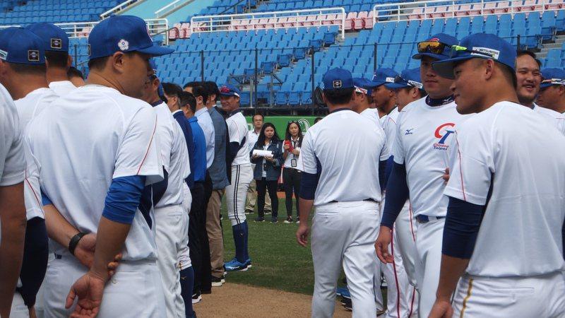 中華棒球隊開訓儀式,旅日好手王柏融(右)特別向打擊教練彭政閔(左)致意。記者藍宗標/攝影