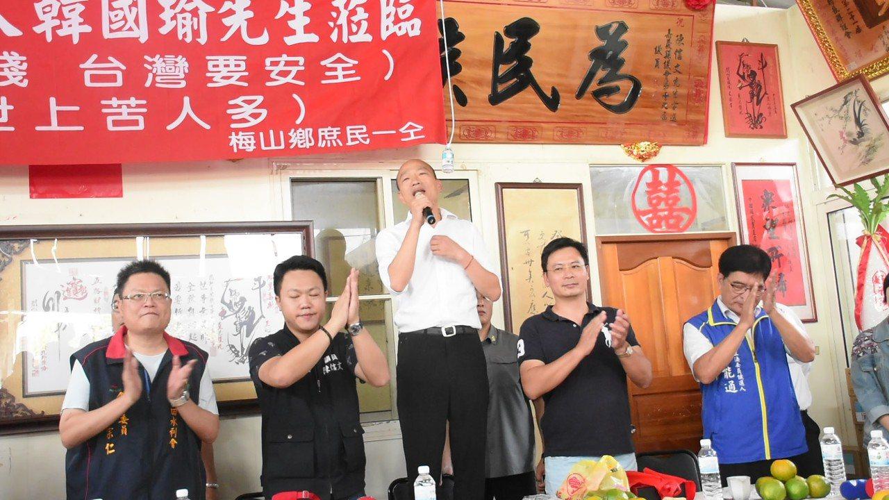 國民黨總統參選人韓國瑜(中)今天到梅山與農民座談,針對民眾提出的問題做回應。記者...