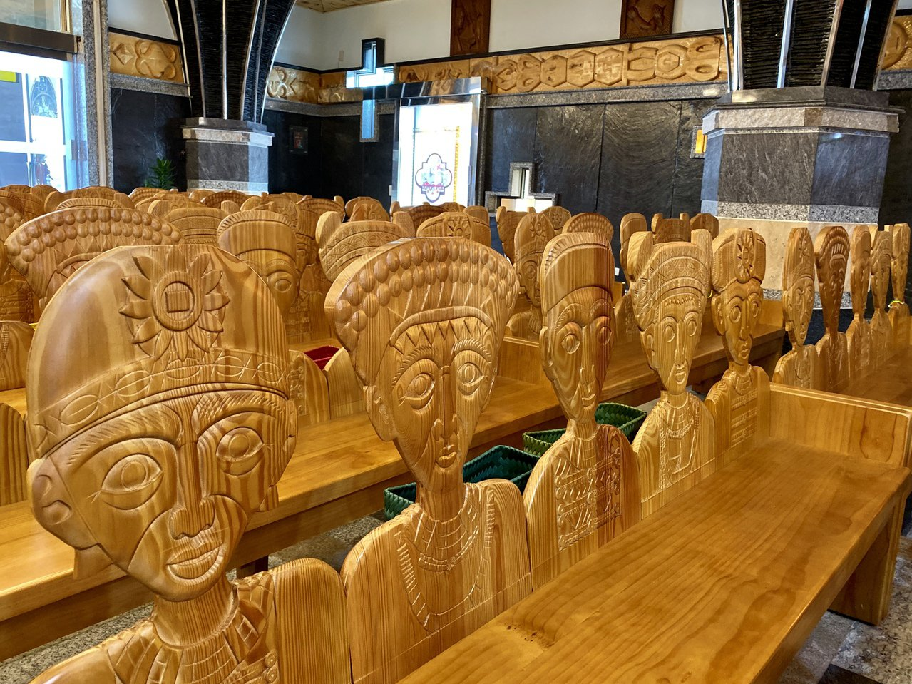 每個座位的靠背都雕上部落人型圖示,作工相當精巧。記者江國豪/攝影