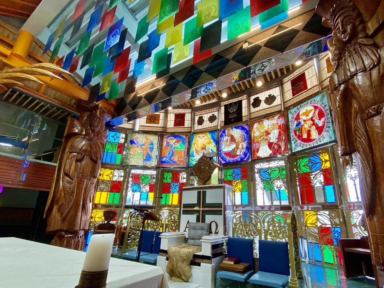 祭壇背景以馬克玻璃闡述天主教領洗、堅振、聖體、懺悔、敷油、聖秩、婚姻等7件聖事。...