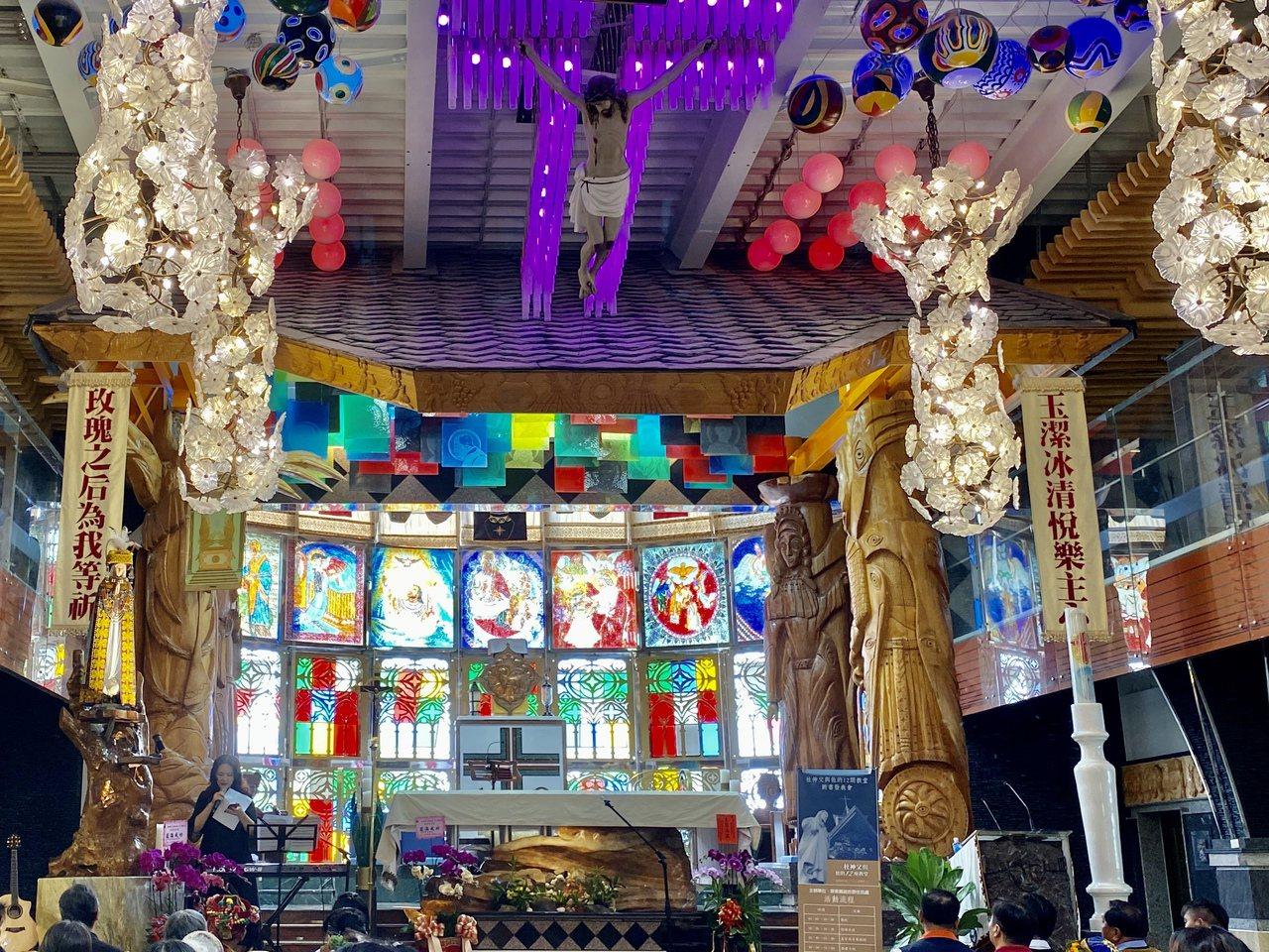 八盞主燈以朵朵盛開的花向下垂成花束,搭配七彩琉璃珠呈現如夢似幻的景緻。記者江國豪...