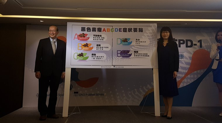 廖怡華(右)表示謹記「ABCDE」的自我檢測方式,可早期發現發現黑色素瘤。記者楊...