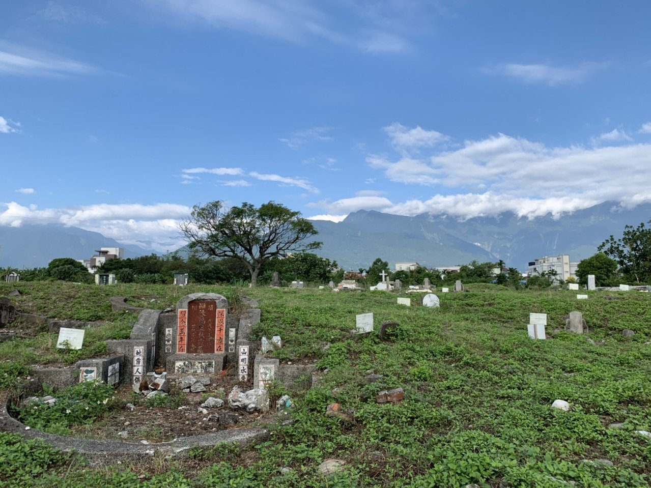 花蓮東昌公墓仍有180座無主墓,地方政府無力負擔遷葬費用,近日拍板由中央補助。記...