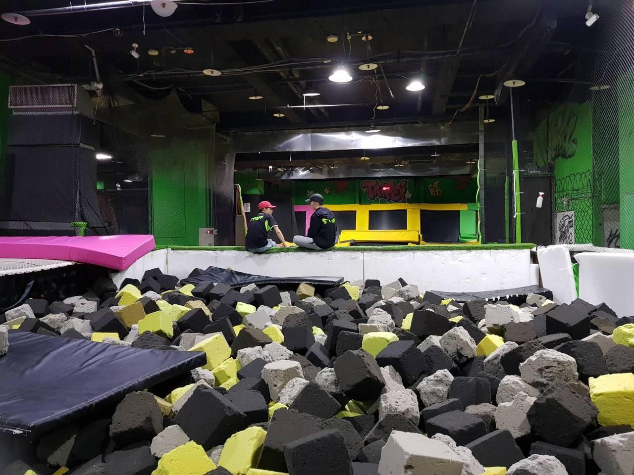 Flipout Taipei跳跳床樂園是類似彈簧床的極限運動樂園。圖/讀者提供