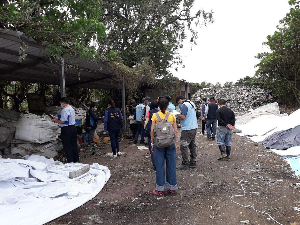 北市環保稽查大隊日前於延平北路八段社子島地區查獲遭違法棄置有害廢棄物,最後找到涉...