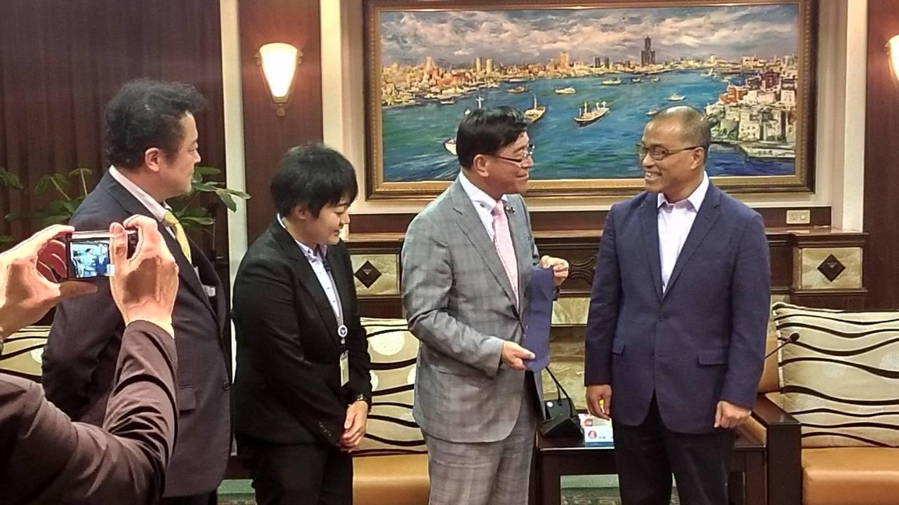 日本冰見市長林正之(右二)等人拜會高市府,並送了《忍者哈特利》的領帶給高雄市副市...