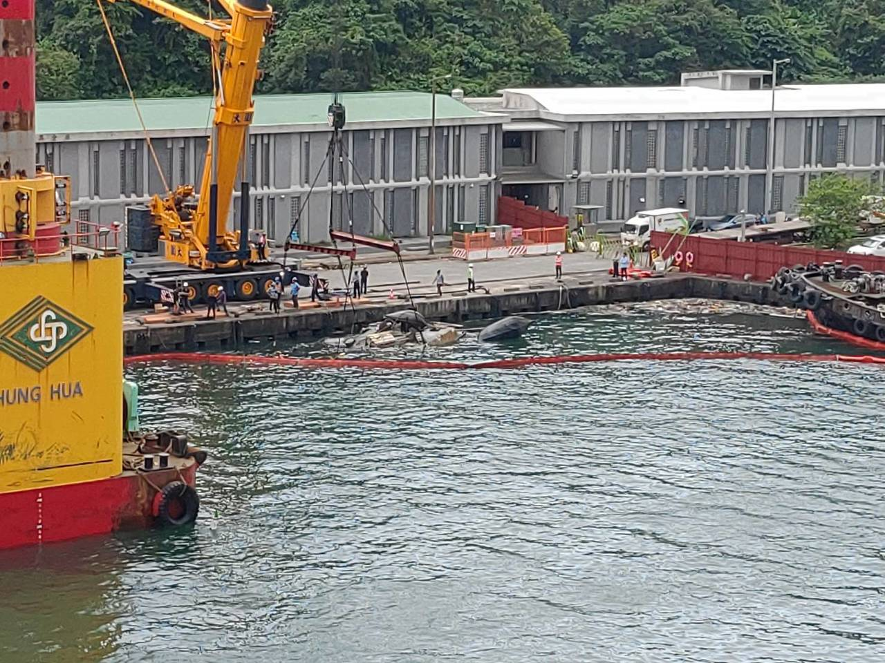 新台勝33號浮揚進行吊起。圖/港務公司提供