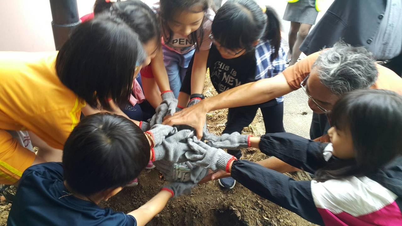 小學生並埋了「時空膠囊」,相約10年後挖出再相見。記者游明煌/翻攝