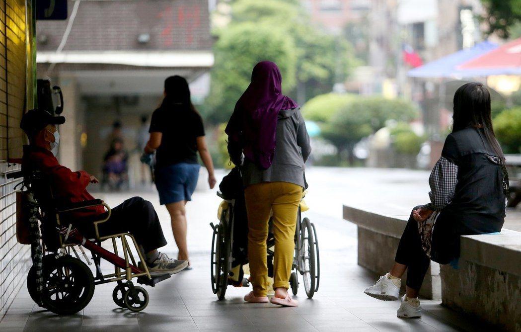 有立委提案再延長外籍家庭看護工在台工作年限。本報資料照片