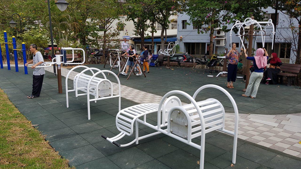 新竹市頂竹圍公園的體健設施,吸引許多居民利用。記者黃瑞典/攝影