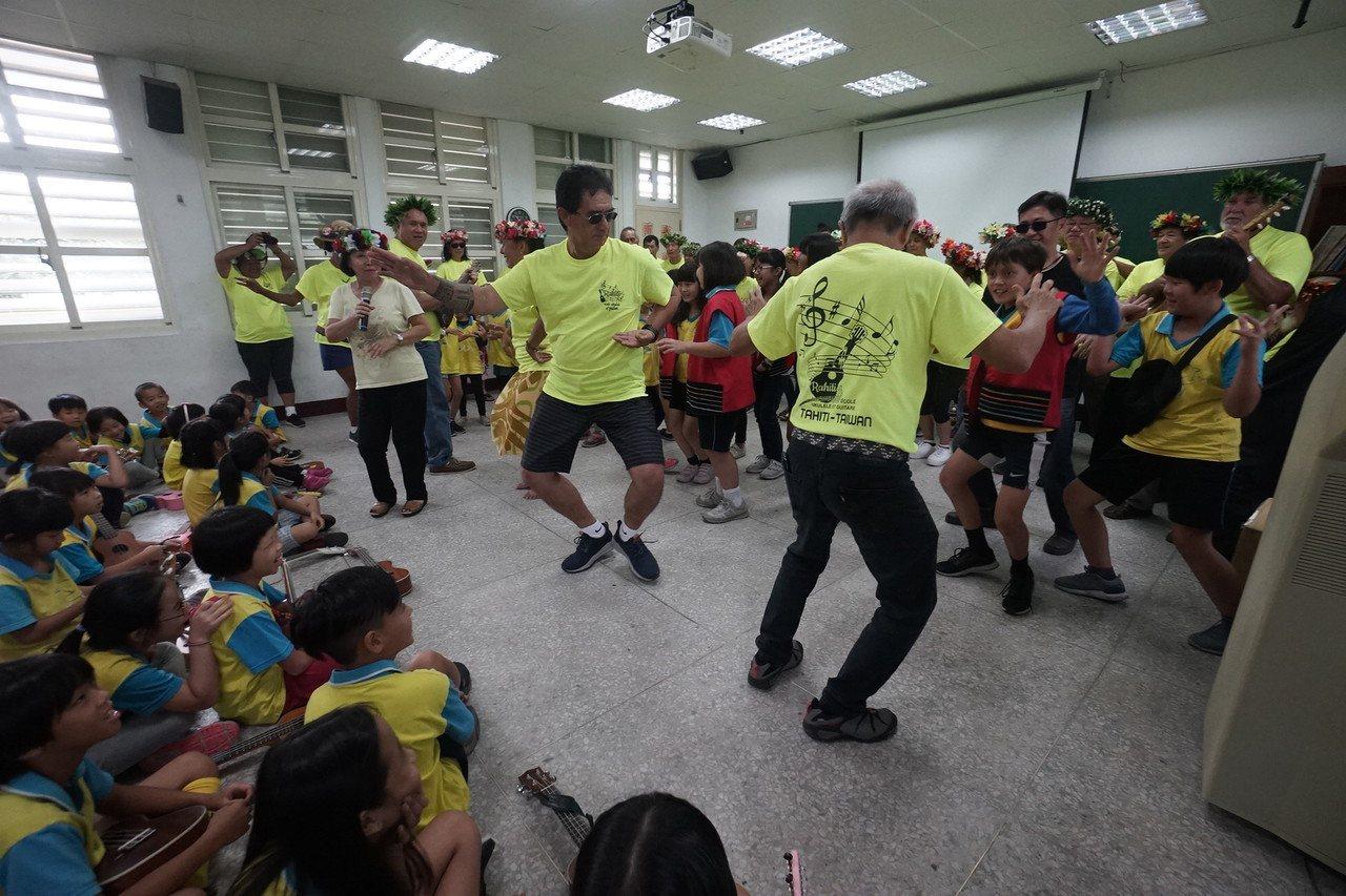 來自大溪地的團員們,教花蓮北濱國小跳當地傳統舞蹈,雙方交流得很開心。記者王燕華/...