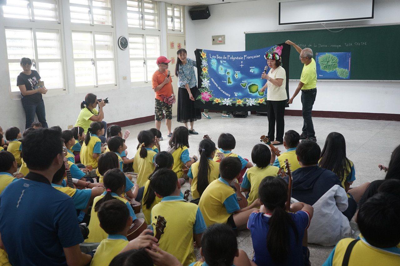 大溪地團員們帶來當地的地圖,詳細解說大溪地風土人情。記者王燕華/攝影