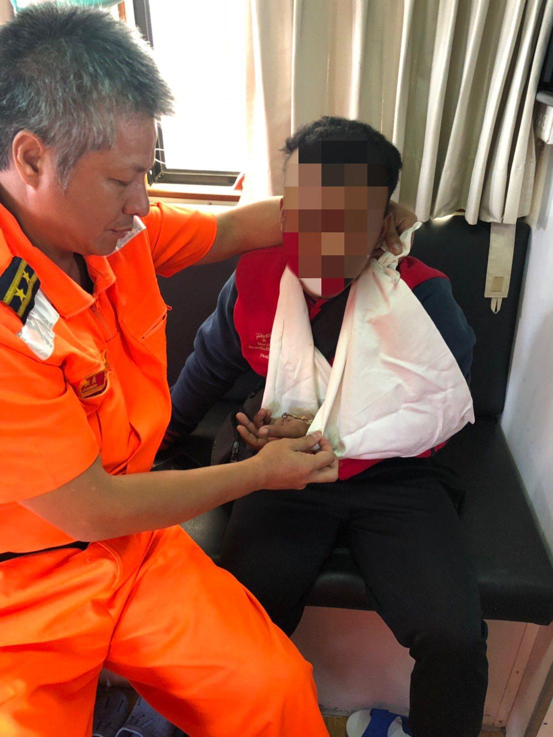 一名印尼籍船員釣魚魚鉤不慎反勾自己左手掌,花蓮海巡隊馳援送醫。圖/花蓮海巡隊提供