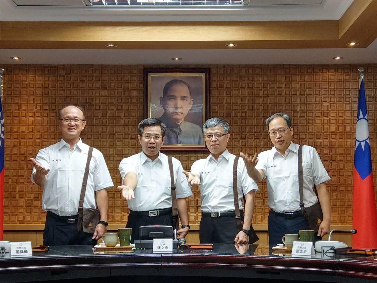 教育部長潘文忠(左二)今天下午在部務會報上,和次長林騰蛟(左一)、劉孟奇(右二)...