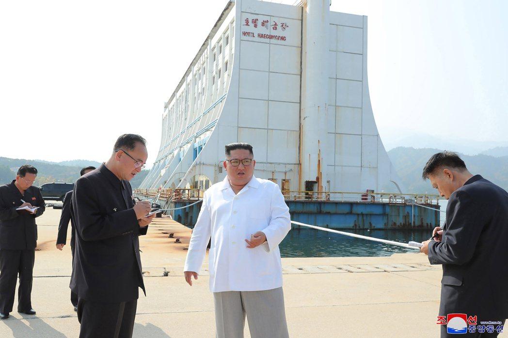 金正恩(中)下令拆除金剛山旅遊區內南韓興建的觀光設施。美聯社