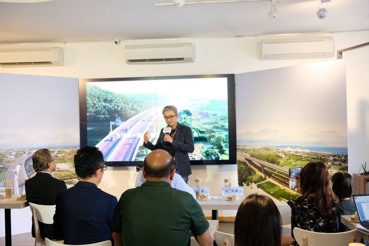 台灣人工智慧實驗室創辦人杜奕瑾解說,「海路漫行」影片製作過程。記者張曼蘋/攝影