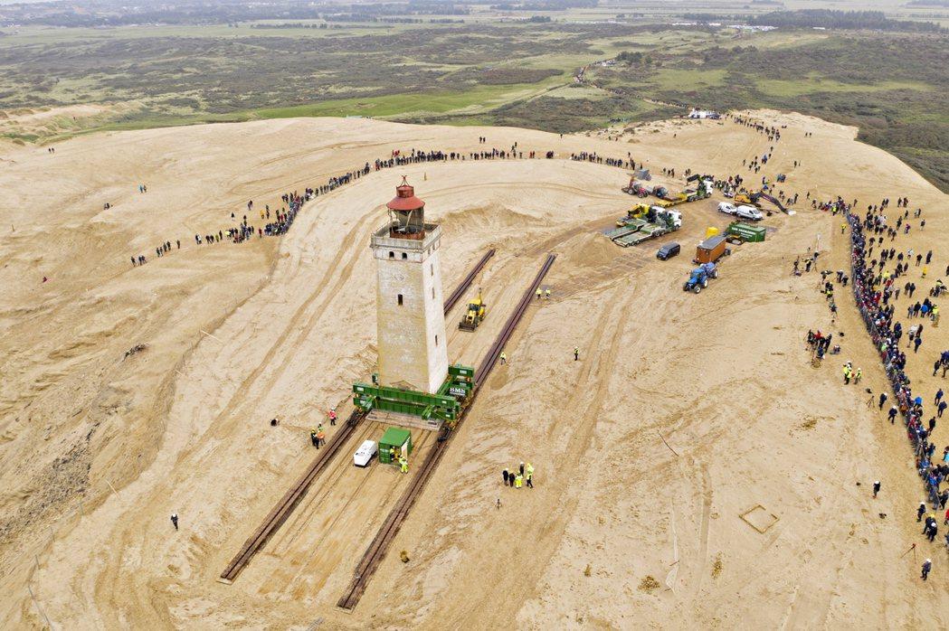 丹麥北部沿海一座古老的燈塔,因為海岸線侵蝕,面臨葬身大海的危險。為了拯救這座燈塔...