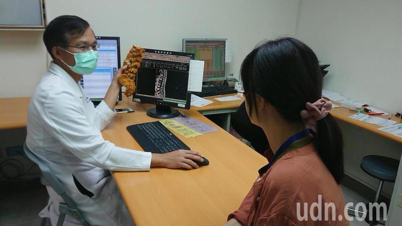 高醫附院神經外科主治醫師林志隆分析7年來參加路跑民眾的骨質疏鬆篩檢結果,發現6萬7千多人中,有高達3成已有骨質流失,更有6.59%已骨質疏鬆而不自知。記者蔡容喬/攝影