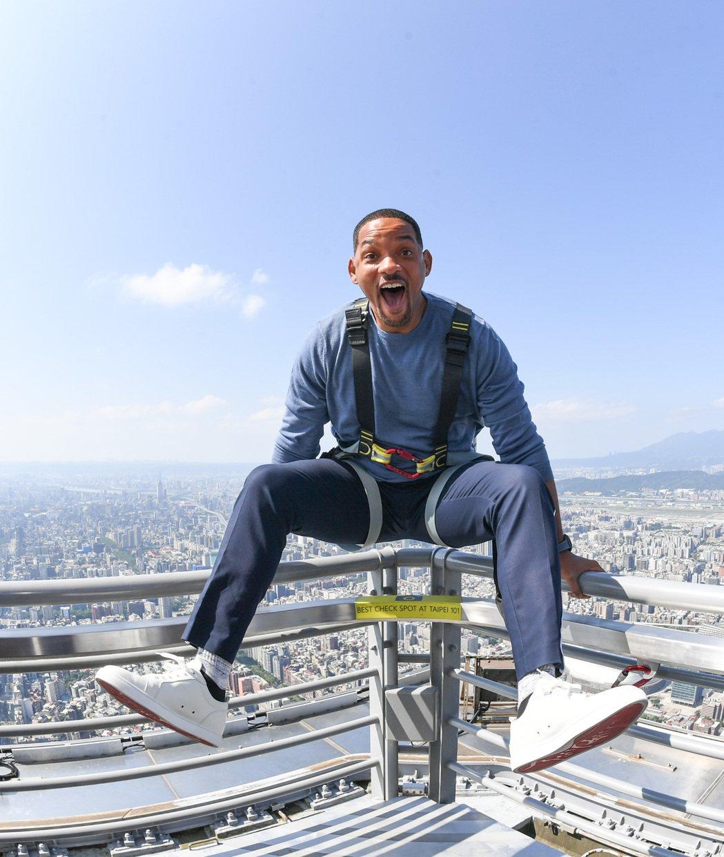 威爾和李安到101俯瞰台北市。圖/UIP提供(照片中拍攝姿勢經事前規劃安排且全程...