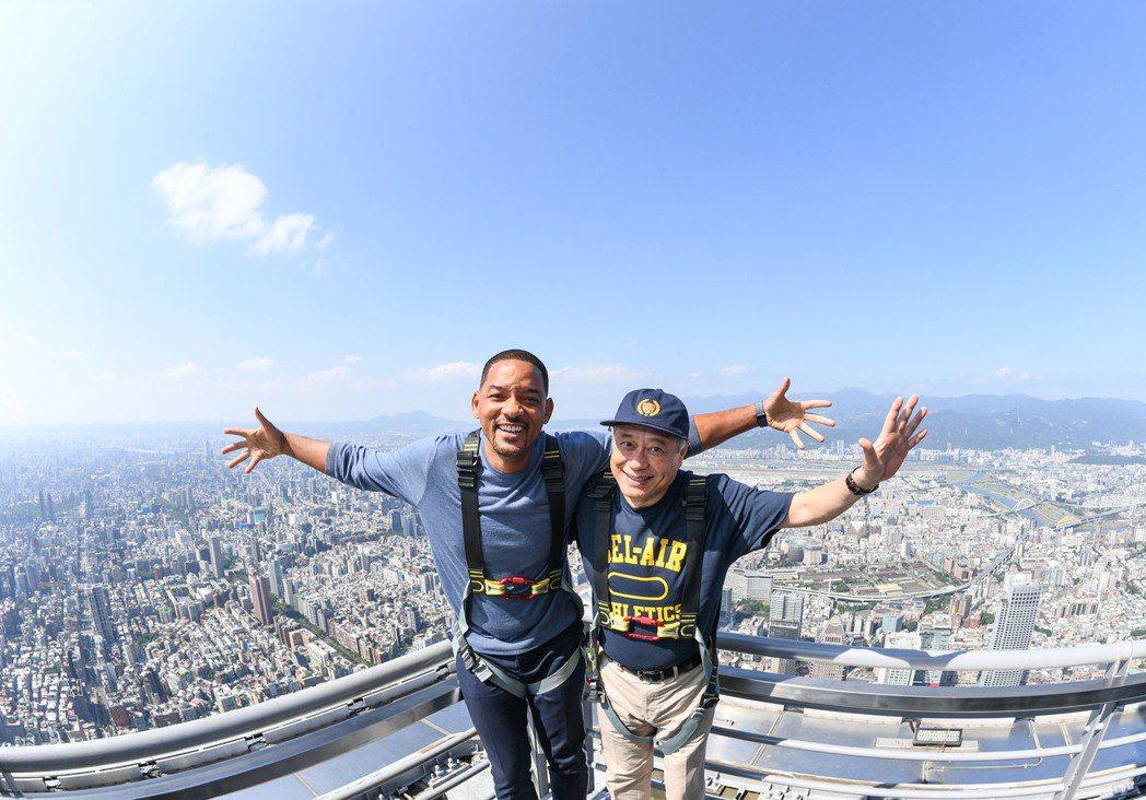 威爾和李安到101俯瞰台北市。圖/UIP提供(照片中拍攝姿勢經事前規劃安排且全程