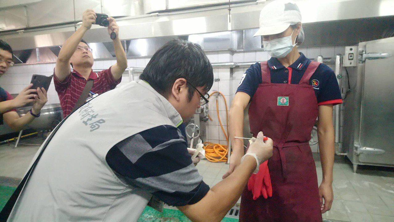 台南新市國中傳出集體食物中毒,衛生局人員今天前往稽查了解。圖/衛生局提供