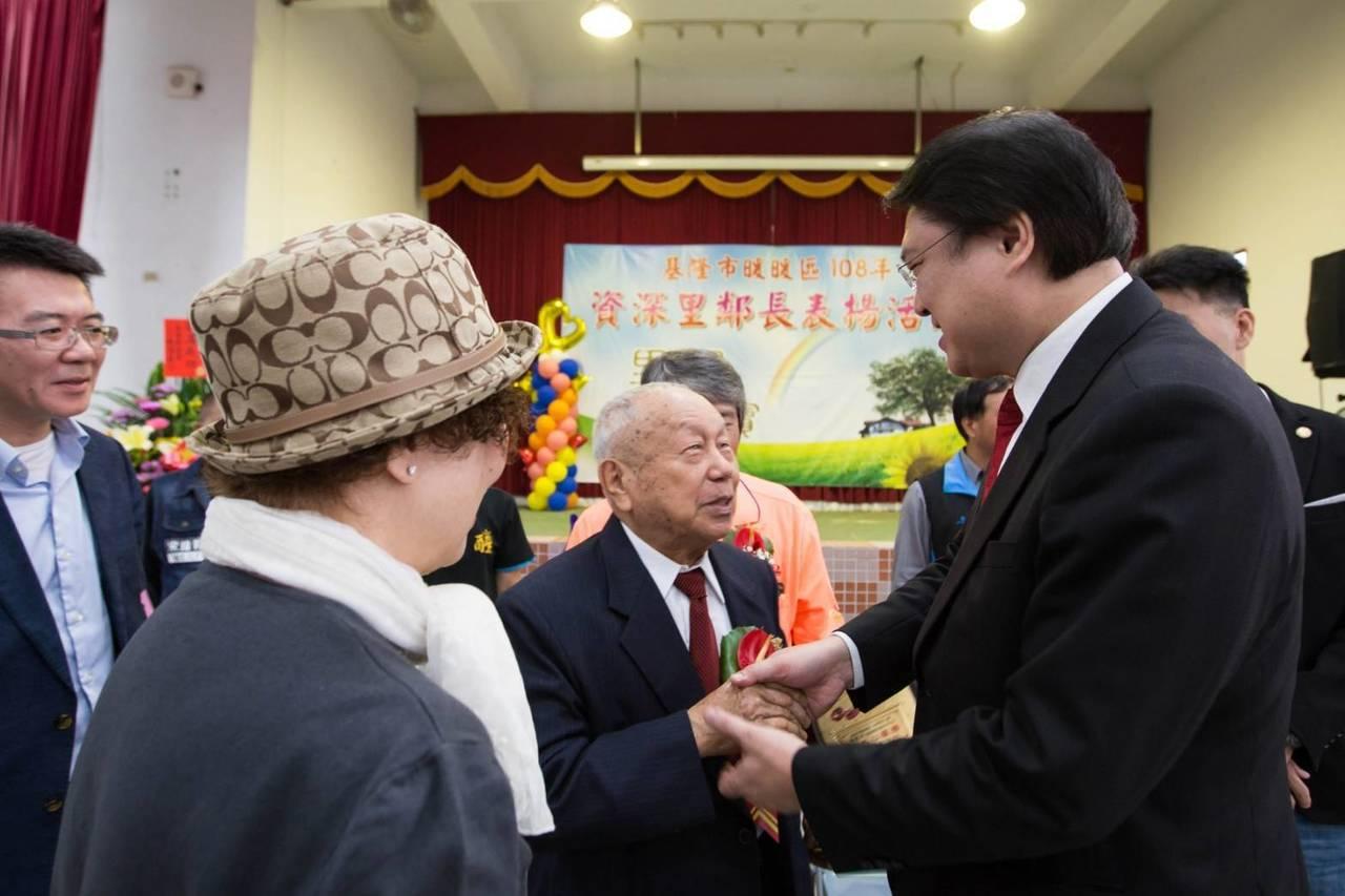 基隆市長林右昌今天表揚暖暖區資深里鄰長,最資深的鄰長是91歲的陳國年,他已當了7...