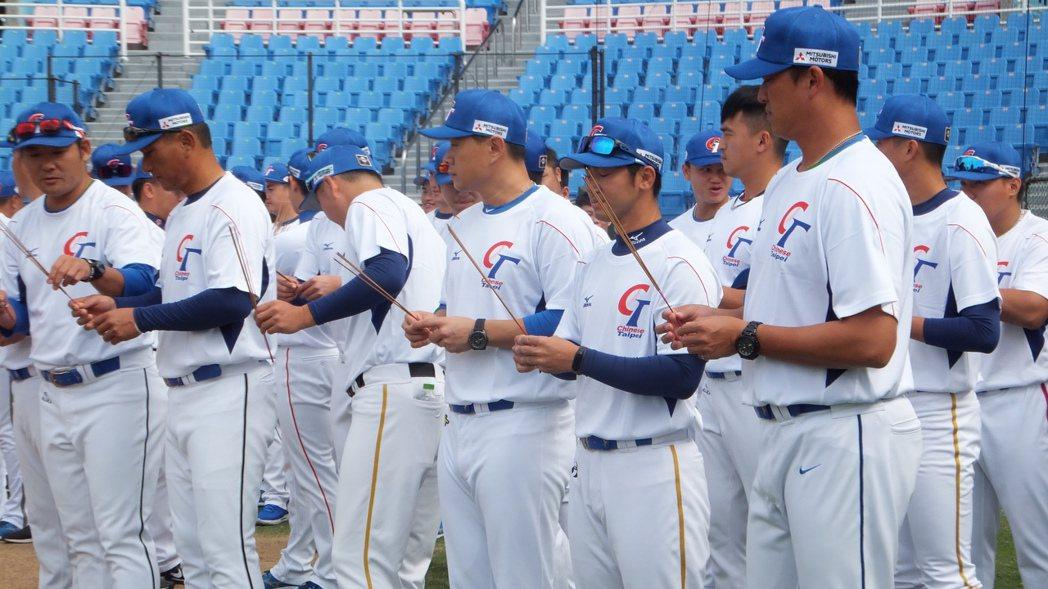 中華隊今天進行開訓儀式,投捕教練王建民(右)和其他教練一起上香祈福。記者藍宗標/