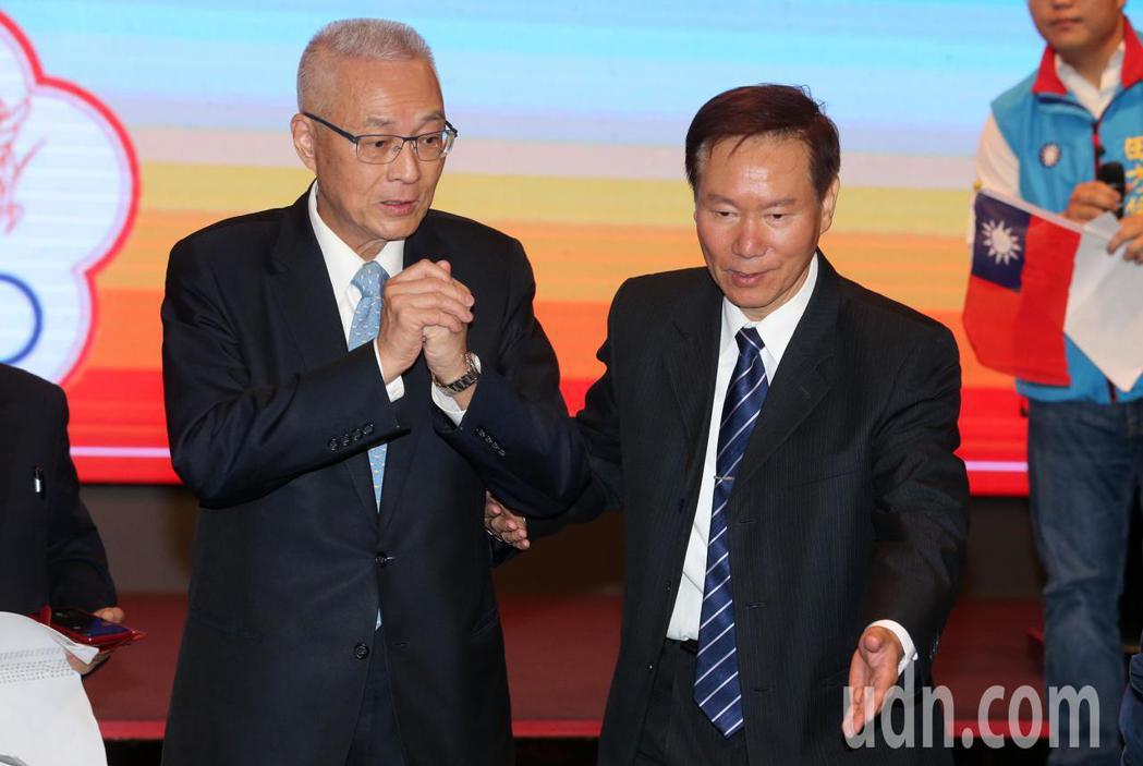 國民黨主席吳敦義(左)今天在退警總會總會長耿繼文(右)陪同下,出席退休警察人員總...