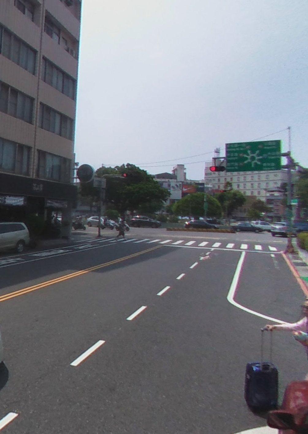 台南市湯德章公園周邊圓環道路,其中開元路往圓環方向,地上並沒有右轉指向線。圖/取...