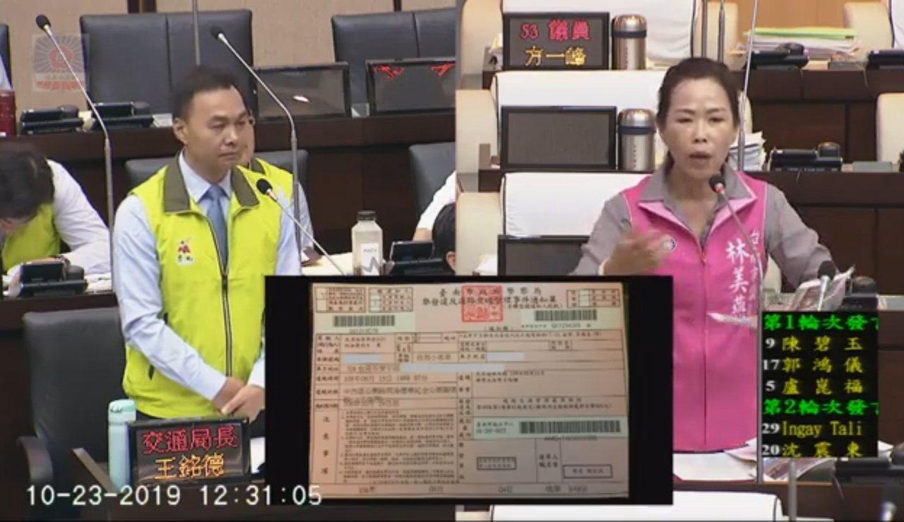 台南市議員林美燕(右)今天在議場上質詢台南市交通局局長王銘德,要求要搞清楚進入圓...