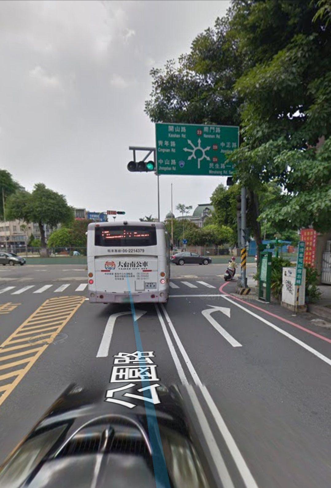 台南市湯德章公園周邊圓環道路,其中公園路往圓環方向,地上有右轉指向線。圖/取自網...