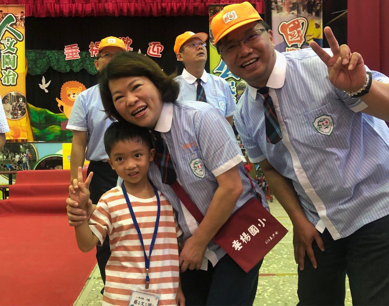 嘉義市長黃敏惠(中)大幅提高明年度教育預算,教育處長林立生(右)將會在議會審查前...