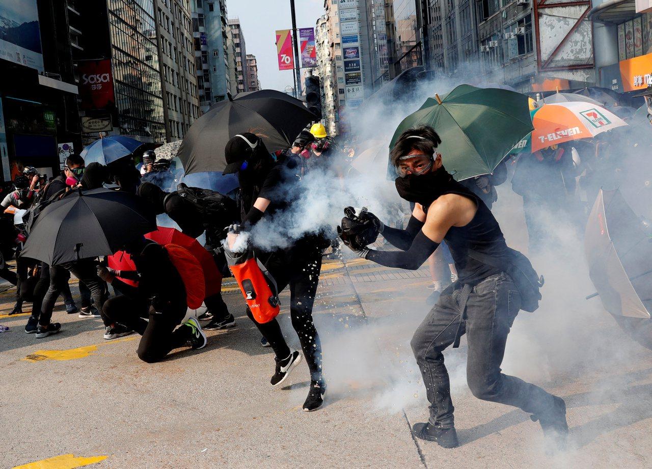 IMF表示,香港經歷幾個月反送中抗爭,預估今年和明年分別僅成長0.3%及1.5%...