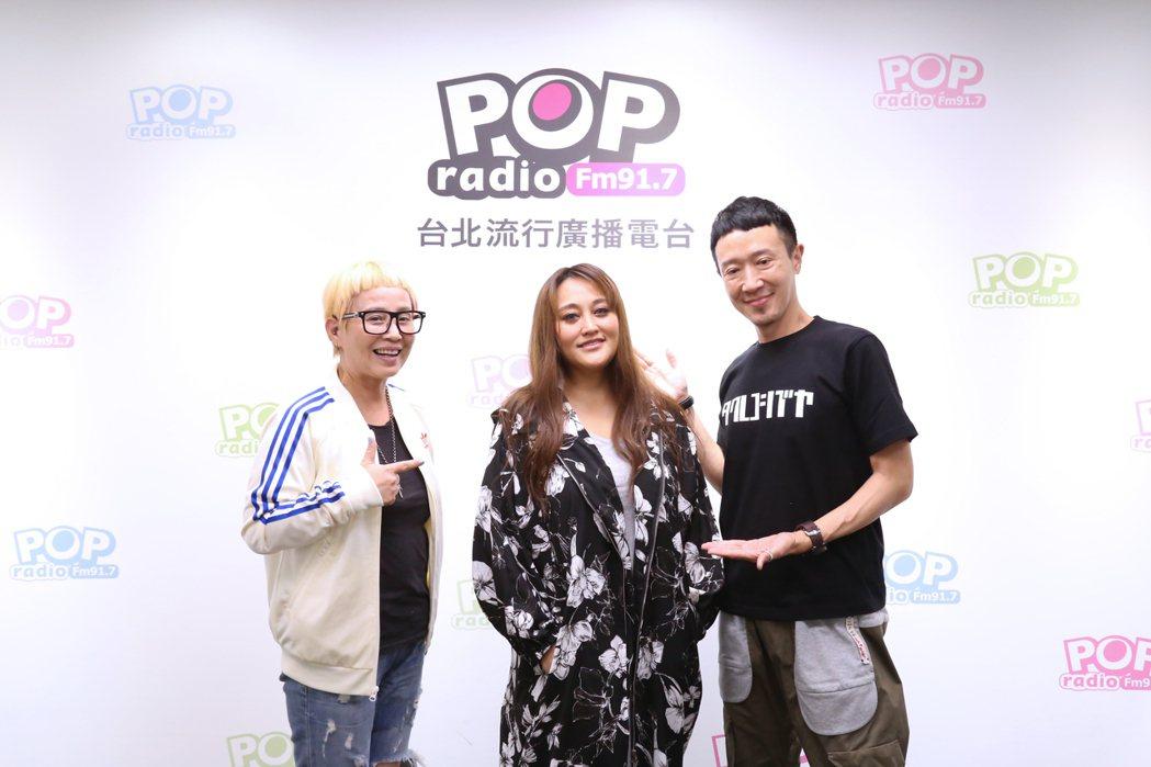 家家在節目中清唱多首新歌,獲得主持人李明依(左)、蔣同慶(右)讚賞。圖/POP ...