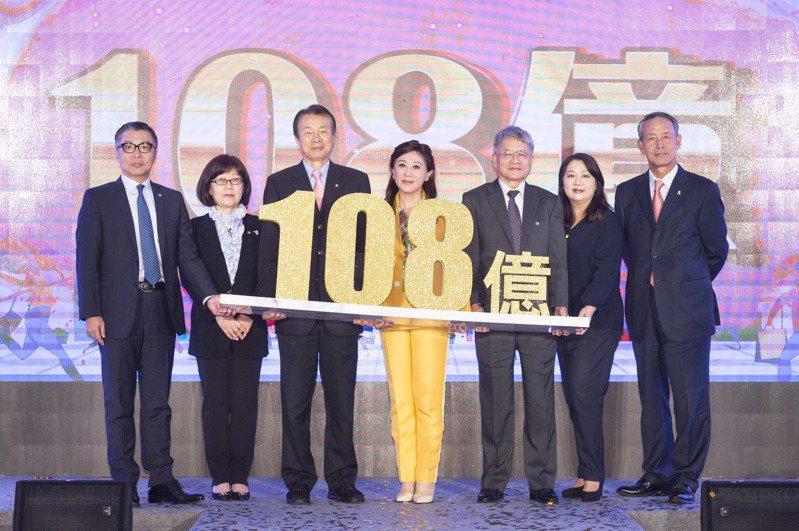 遠東SOGO百貨台北店今年周年慶檔期為11月7日至11月18日,董事長黃晴雯率領經營團隊,揭示檔期業績目標為108億元。SOGO/提供