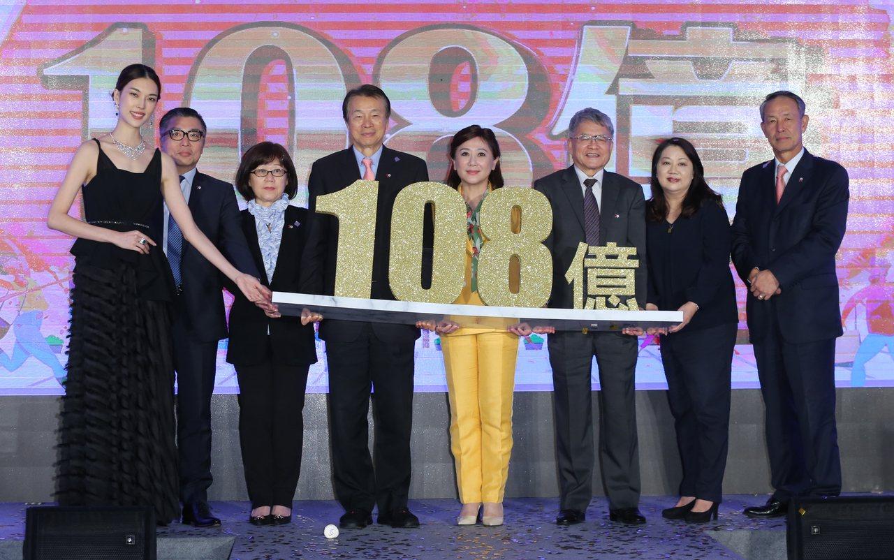 SOGO董事長黃晴雯(中,黃衣者)帶領主管宣布全台7店周年慶業績上看108億。記...