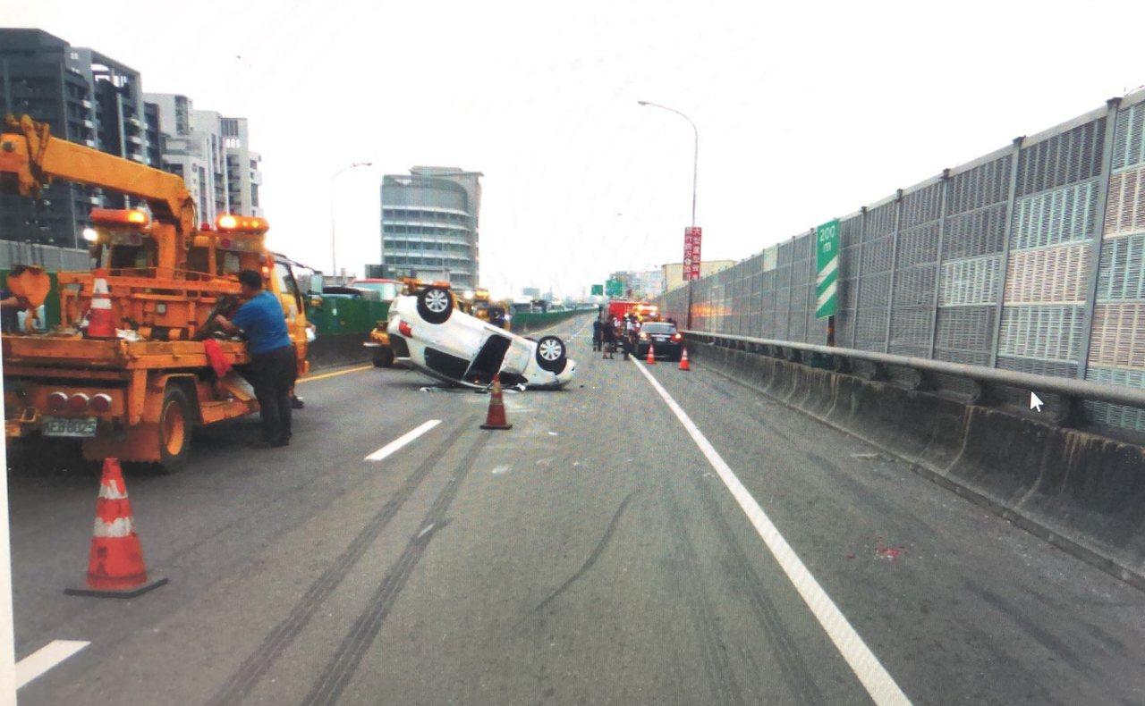 高雄鳳山區鳳頂交流道上,今天下午發生車禍,2輛轎車擦撞,後方開著白色轎車的陳女擦...