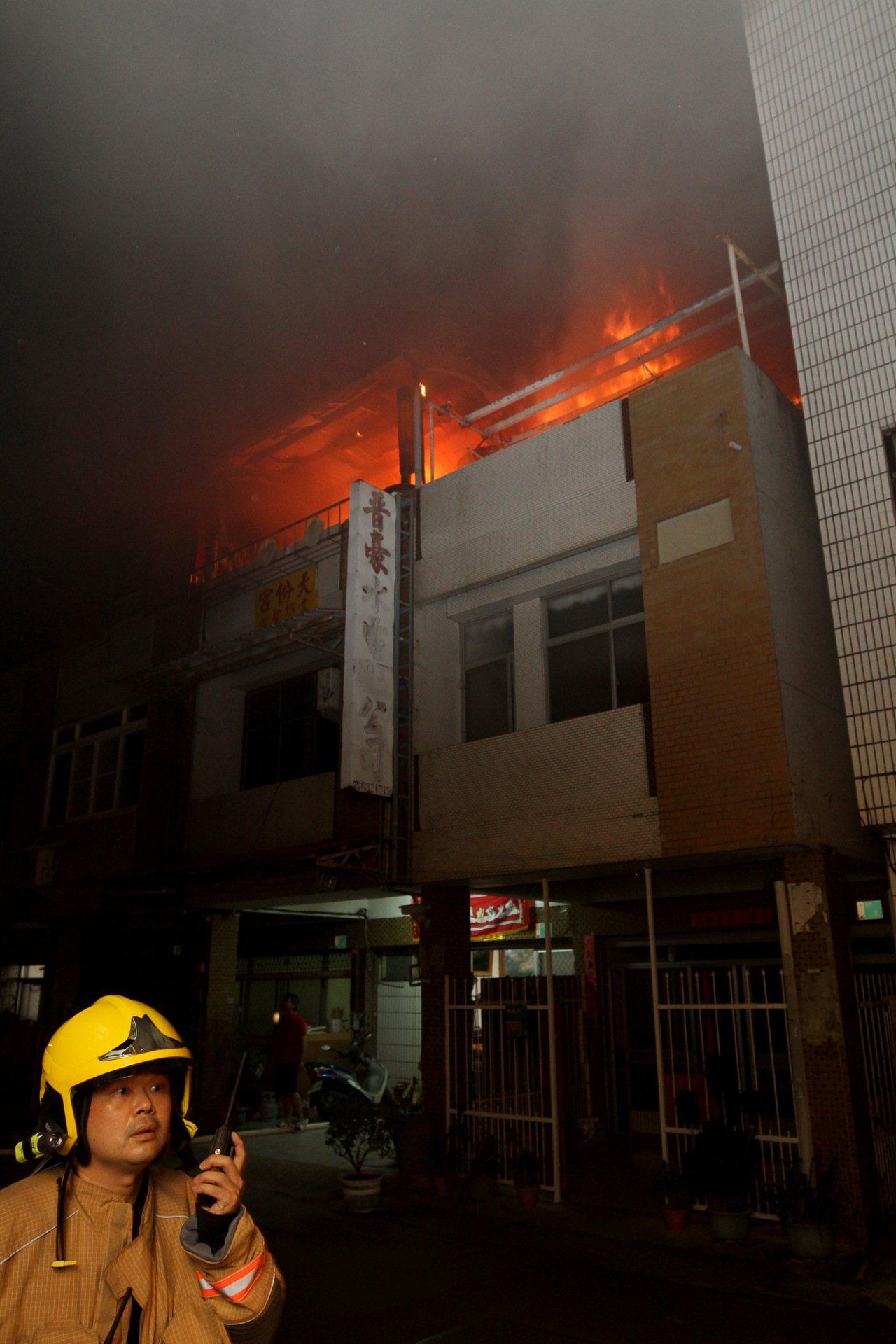 台南新營晚間傳出民宅火警,幸消防及時阻火舌蔓延。記者謝進盛/翻攝