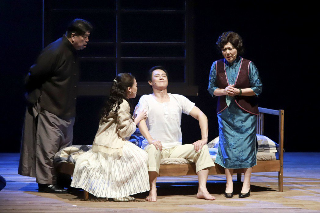 羅北安(左起)、余子嫣、王燦、劉秀雯演出「月夜情愁」。圖/民視提供