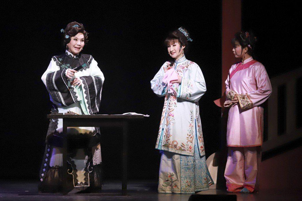 唐美雲(左起)、小咪演出「月夜情愁」。圖/民視提供